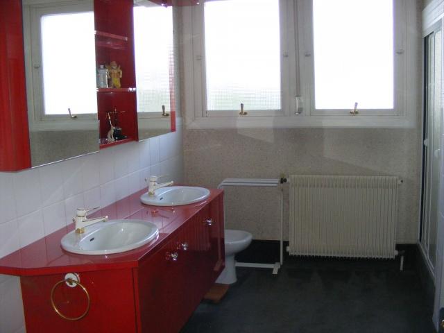 Salle de bain blanche et rouge à rafraîchir
