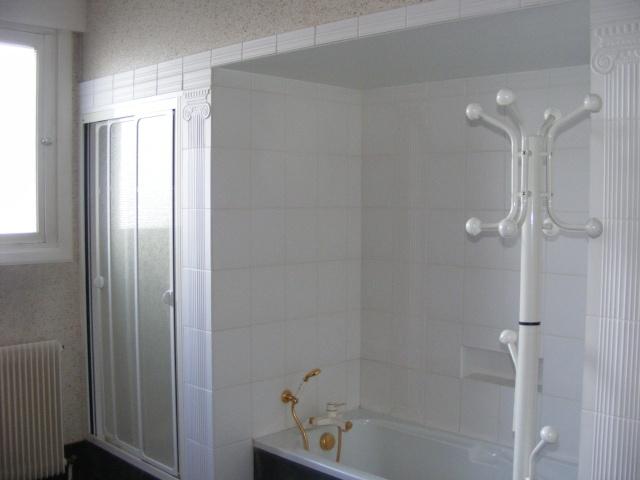 Salle de bain blanche et rouge rafra chir - Salle de bain rouge et blanche ...