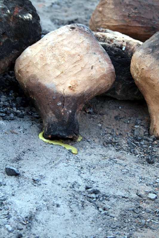 la sculpture transformée en cire fondue sécoule du moule.