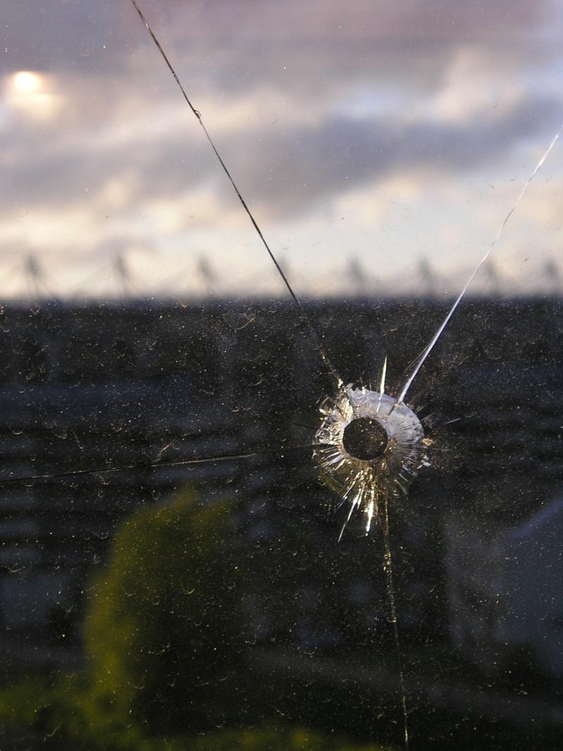 Impact d 39 un plomb dans une vitre en verre - Faire un trou dans une vitre ...
